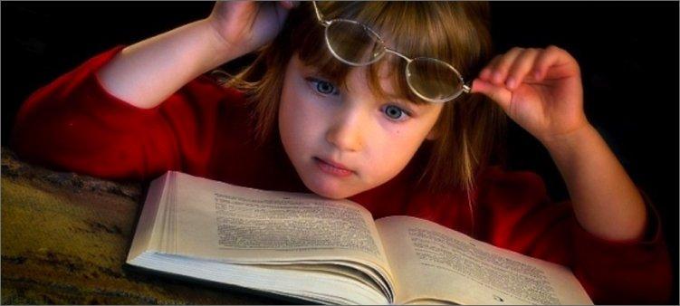 девочка-удивленно-читает
