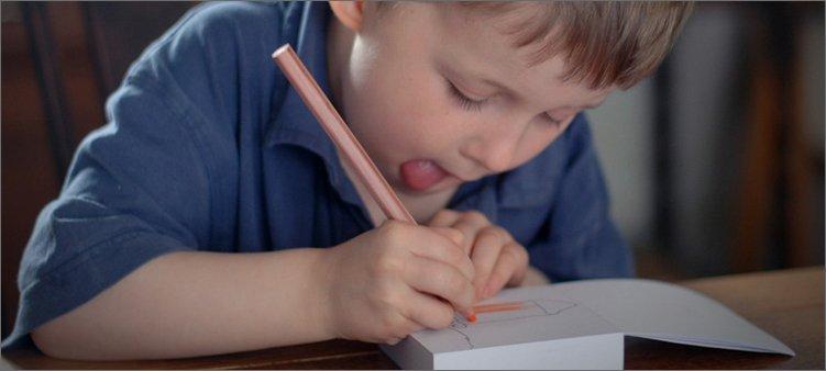 меленький-мальчик-рисует