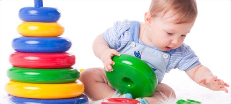 маленький-ребенок-играет-в-пирамидку