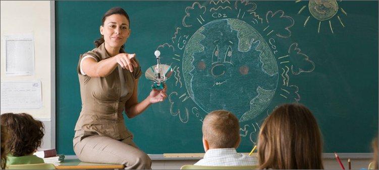 учитель-объясняет-урок