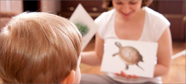 мама-показывает-мальчику-картинки