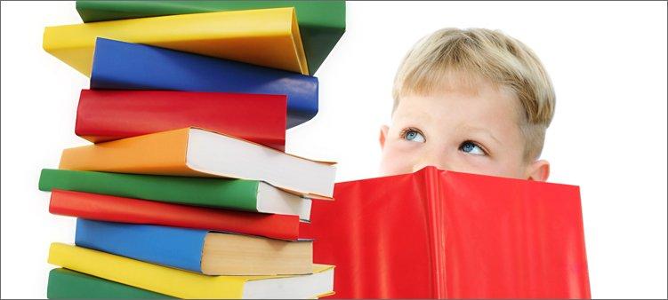 мальчик-смотрит-на-книги