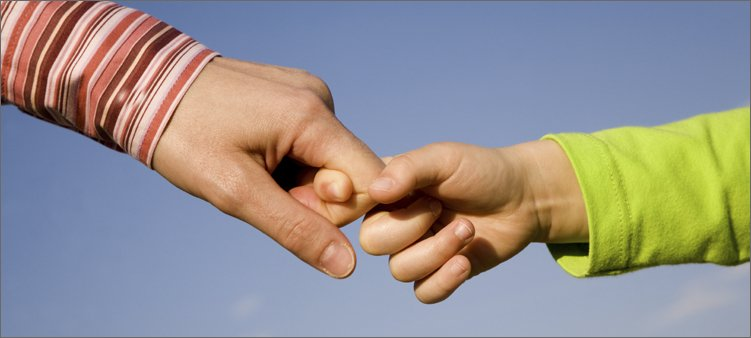взрослый-держит-за-пальчики-ребенка