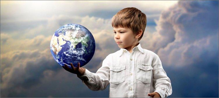мальчик-держит-на-руке-планету