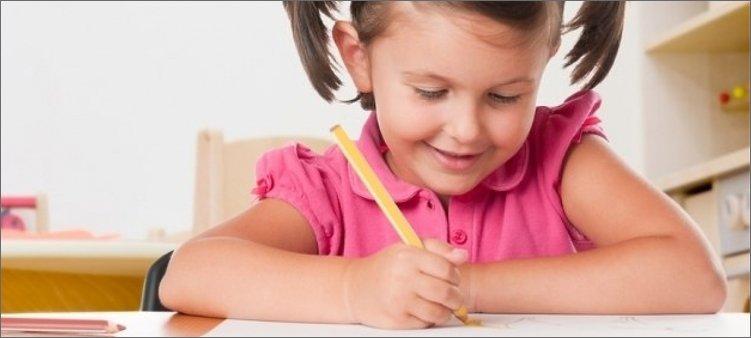 ребенок-разукрашивает-карандашом