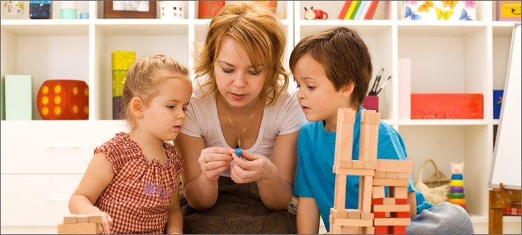 мама-играет-с-детьми-в-конструктор