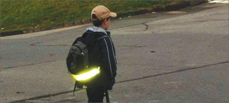 мальчик-несет-рюкзак-со-светоотражателем