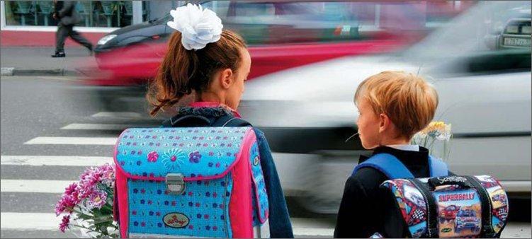 мальчик-и-девочка-переходят-дорогу