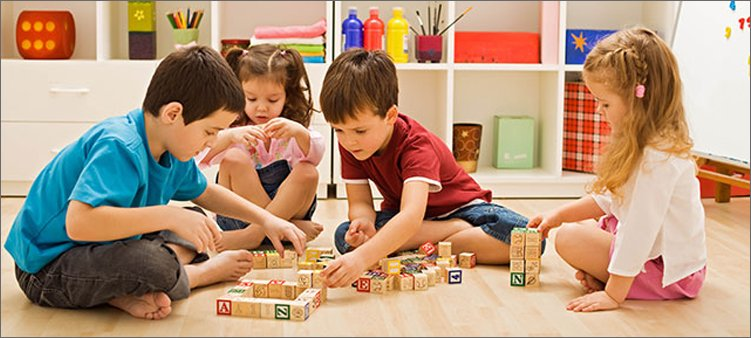 дети-играют-в-кубики