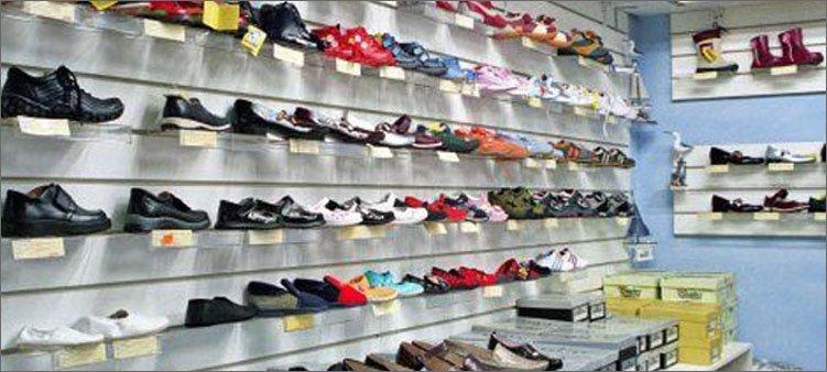 обувь-на-полках-магазина