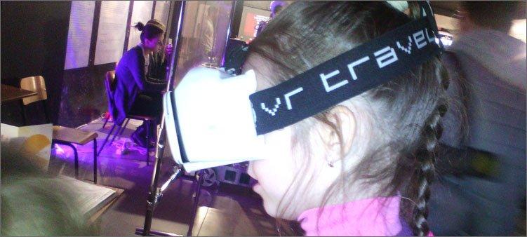 девочка-в-маске-виртуальной-реальности