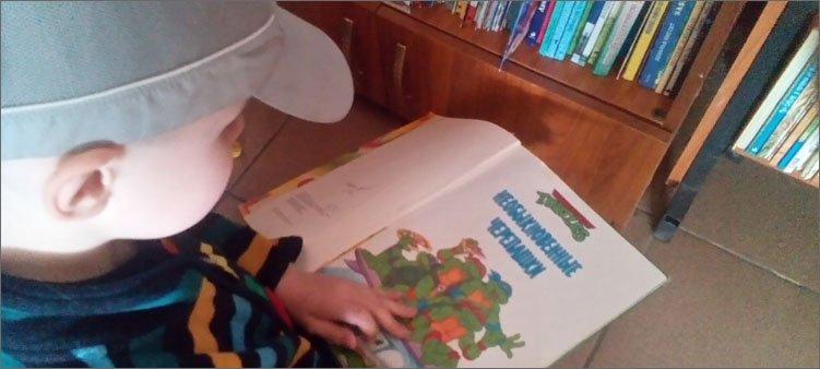 мальчик-выбирает-книгу-в-библиотеке
