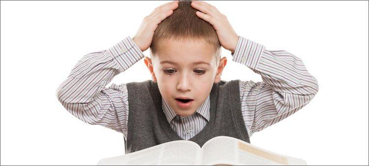 мальчик-удивленно-читает