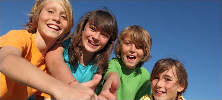 веселые-дети-в-разноцветных-футболках