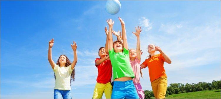 дети-играют-с-мячом