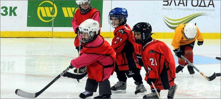 маленькие-мальчики-играют-в-хоккей