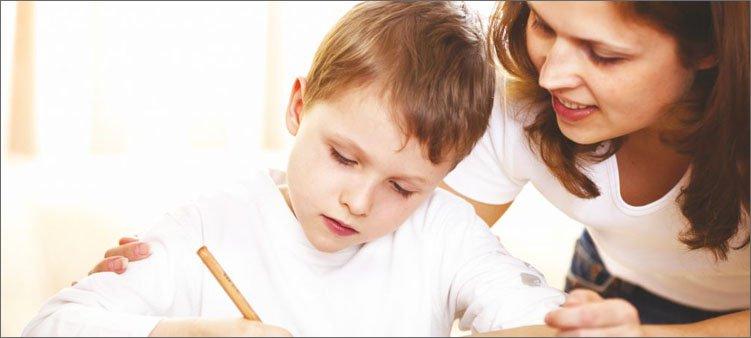 мама-проверяет-уроки-у-сына