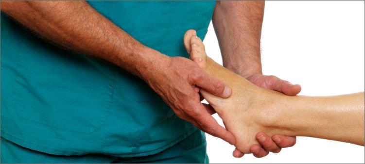врач-ортопед-смотрит-ступню