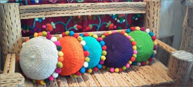 подушки-украшенные-помпонами