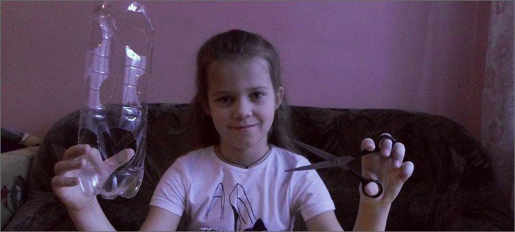 девочка-держит-в-руках-бутылку-и-ножницы