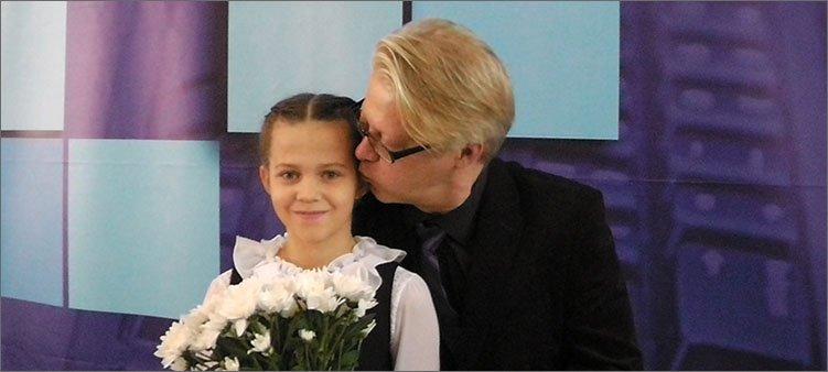 папа-целует-дочку