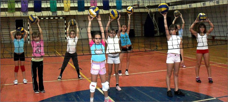 девочки-занимаются-волейболом