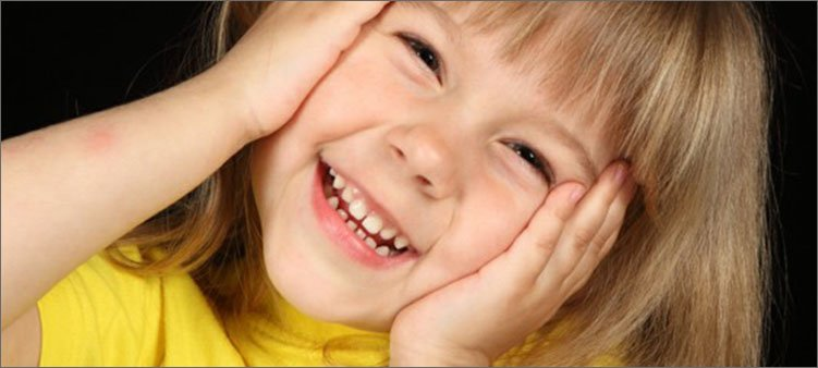 красивая-девочка-смеется