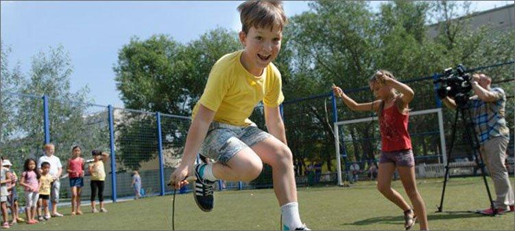 мальчик-прыгает-на-скакалке