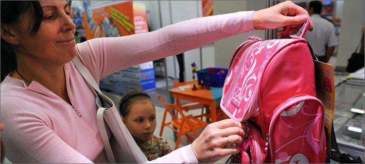 мама-покупает-рюкзак