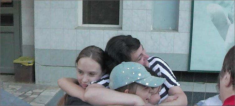 дети-обнимают-учителя