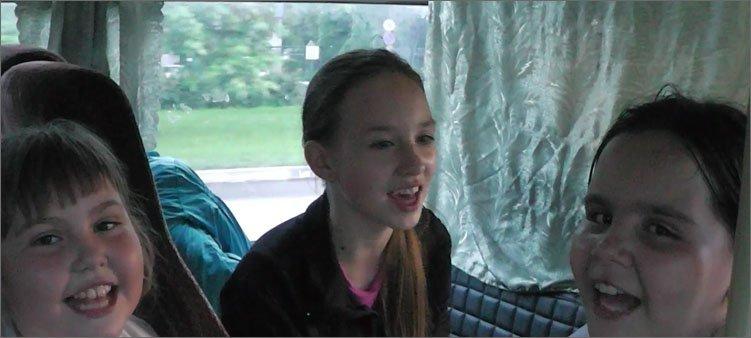 дети-поют-песни-в-автобусе