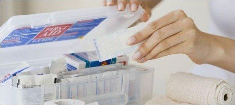 женщина-собирает-аптечку