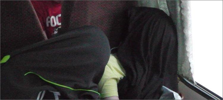 мальчики-спят-в-автобусе