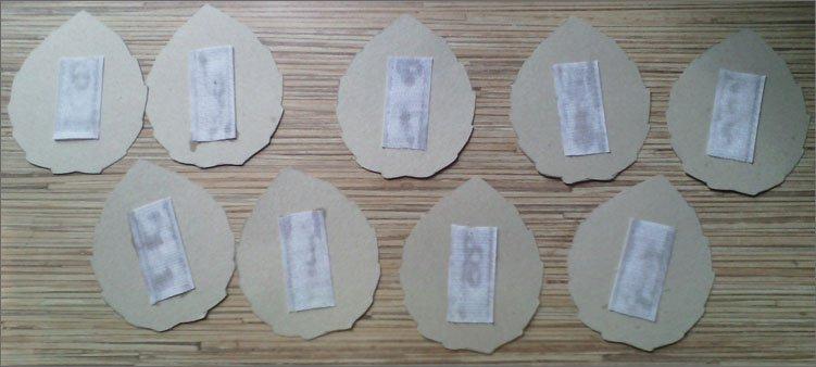 лента-липучка-приклеена-к-листочкам-из-бумаги