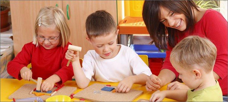 женщина-играет-с-детьми