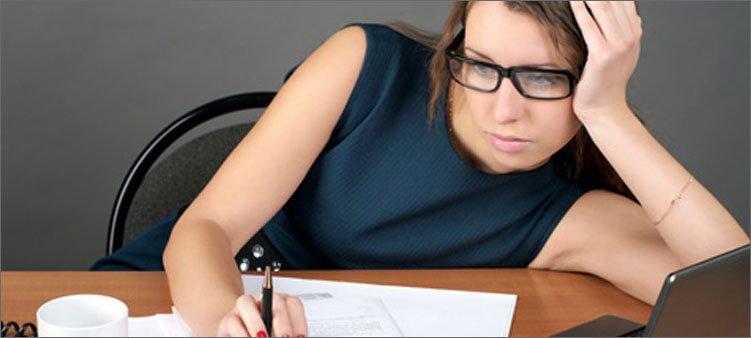 деловая-женщина-работает-на-компьютере