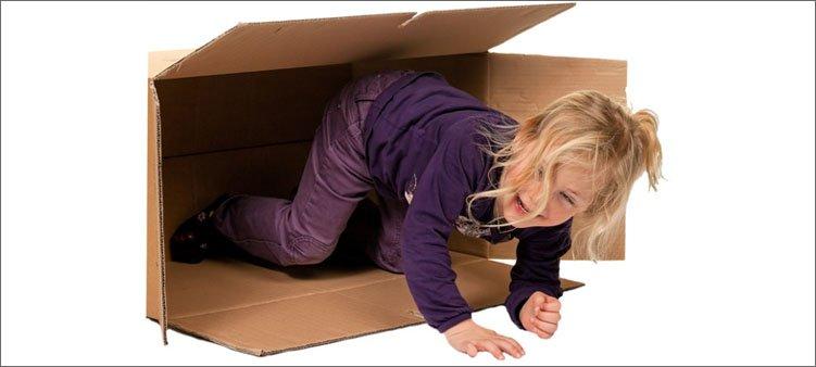 девочка-вылезает-из-большой-картонной-коробки