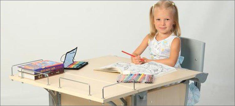 девочка-рисует-сидя-за-столом
