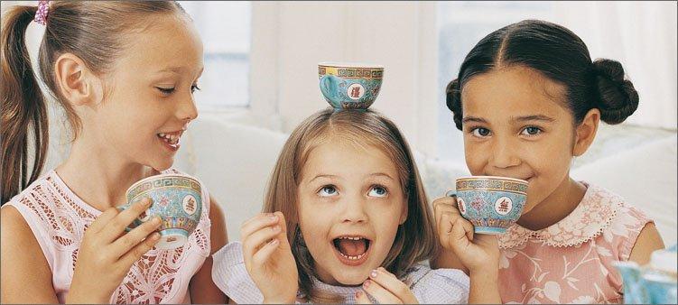 девочки-пьют-чай-из-чашек