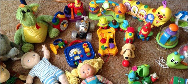 игрушки-лежат-на-полу