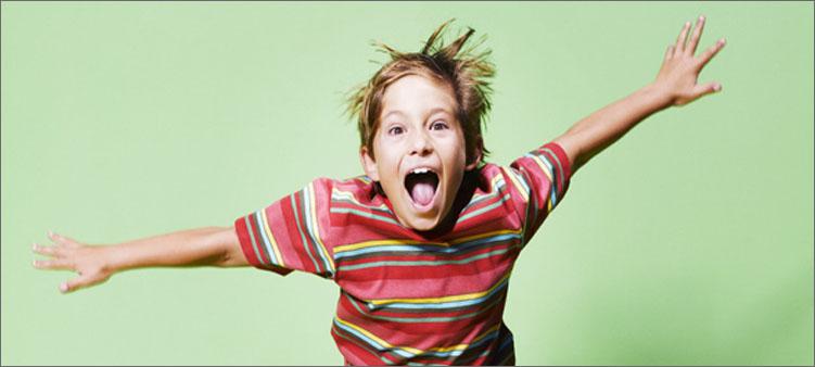 мальчик-прыгает-и-кричит