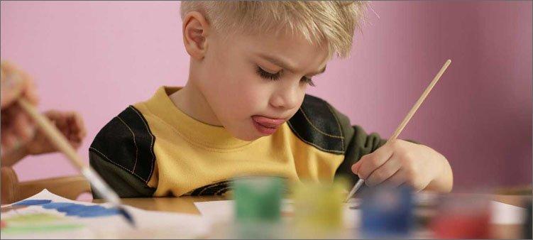 мальчик-рисует-красками