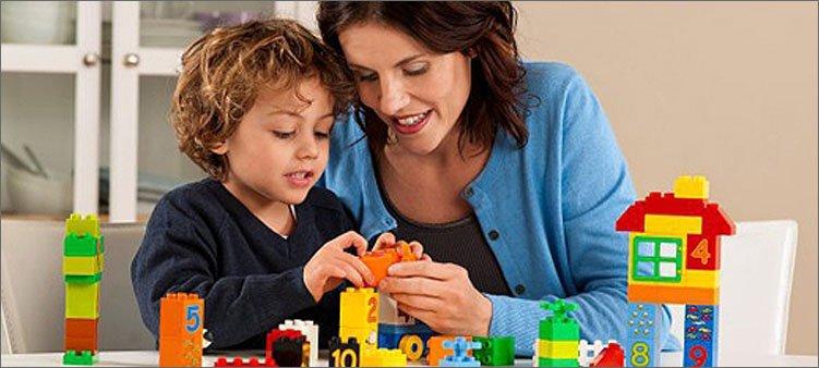 мама-играет-с-сыном-в-конструктор