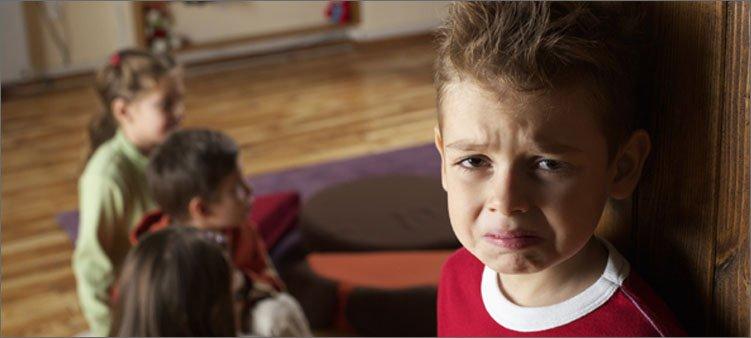 мальчик-боится-идти-в-группу-к-детям