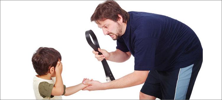 папа-наказывает-сына-ремнем