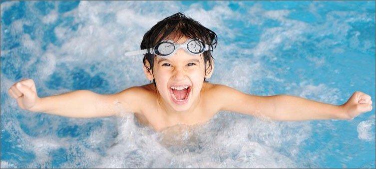 мальчик-в-бассейне
