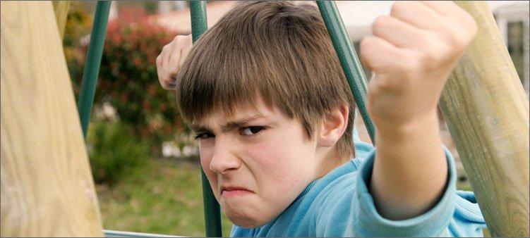 агрессивный-подросток-показывает-кулак