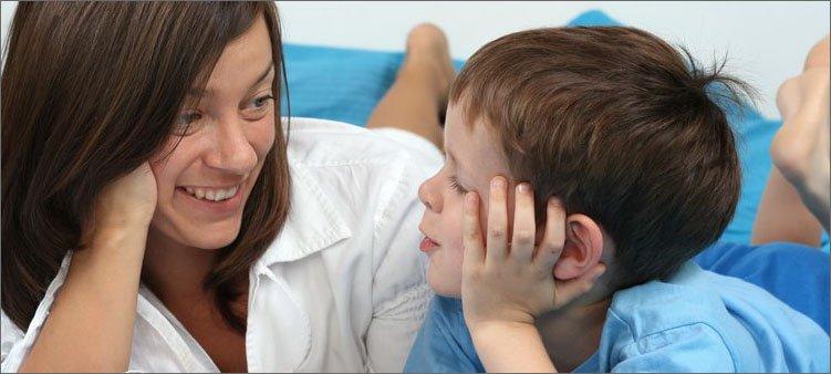 мама-и-сын-мило-беседуют