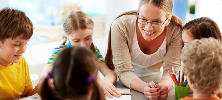 школьный-психолог-работает-с-детьми