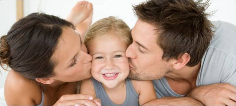 мама-и-папа-целуют-дочку-в-щечки